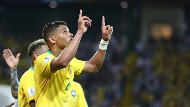 BRASIL. Thiago Silva marcó de cabeza
