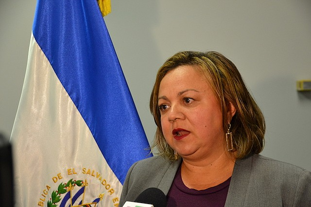EMBAJADORA. La embajadora Claudia Canjura hizo una primera visita a la frontera después de conocer sobre las familias que estaban siendo separadas.