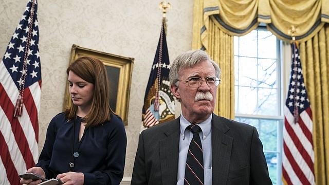 CUMBRE. Cari Lutkins y el asesor de seguridad nacional John Bolton