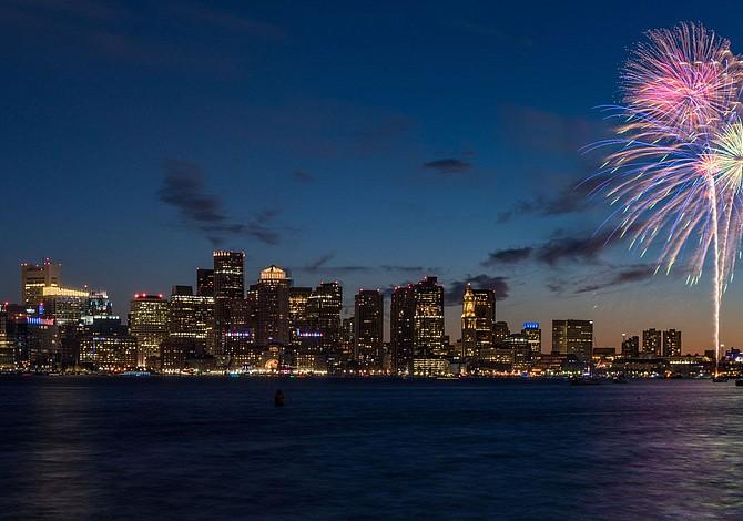 Fuegos artificiales, Free Fun Fridays, Festival Multicultural en East Boston, Cine y conciertos gratis al aire libre...