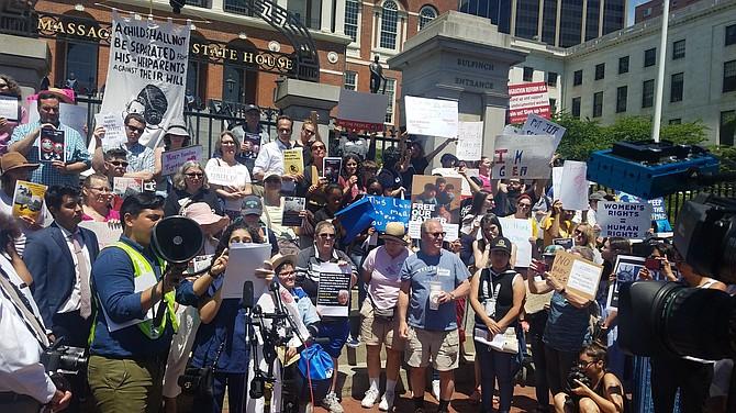 Cientos de personas manifestaron en junio de 2018 frente a la Casa de Estado de Massachusetts en contra de la separación de familias
