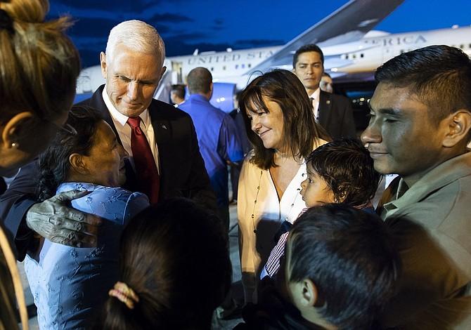 Mike Pence promete más ayuda para afectados por el volcán de Fuego