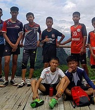 MUNDO. Los doce niños con su entrenador que se perdieron hace diez días en una cueva en Tailandia