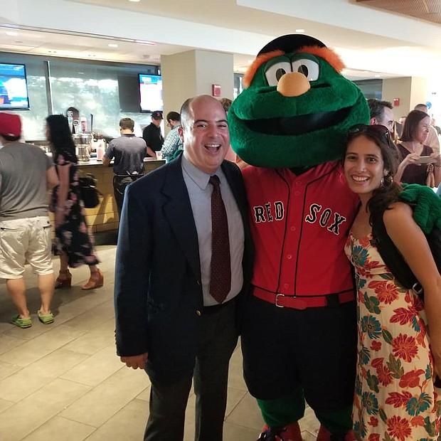 Rafael Ulloa y Tibisay Zea de El Planeta junto a la mascota de los Red Sox