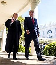 EE.UU. El presidente estadounidense Donald J. Trump conversa con el juez Anthony Kennedy (izda), la voz centrista del Tribunal Supremo de EE.UU., en la Casa Blanca