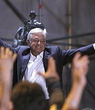 """MÉXICO - Cientos de simpatizantes del candidato izquierdista Andrés Manuel López Obrador, lo aclaman durante su arribo a la Plaza de la Constitución de la Ciudad de México tras conocer su triunfo en las elecciones de hoy, domingo 1 de julio de 2018. Miles de mexicanos celebraron hoy en las calles de la capital mexicana el triunfo del izquierdista Andrés Manuel López Obrador en las elecciones presidenciales con el """"¡Si se pudo!"""" usado en el fútbol para las gestas con sello de imposible. En el Zócalo de la Ciudad de México se encuentran reunidos unas 80.000 personas que celebran la victoria de López Obrador para un periodo de seis años como Presidente de México que comenzará el próximo 1 de diciembre."""