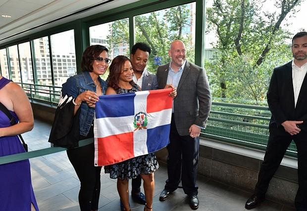 Carolina y Pedro Martinez reciben a los invitados