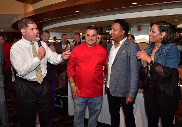 El alcalde de Boston, Marty Walsh, Nick Calias, y Pedro y Carolina Martínez