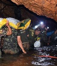 TAILANDOA. Buzos trabajan en la búsqueda de las doce niños