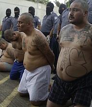 TRASLADO. Cinco líderes de la Mara Salvatrucha son trasladados en 2017 a un penal de máximas seguridad en El Salvador