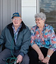 """Delmar Scroughams y su esposa, Vergie """"Verg"""" Scroughams, en su casa de Rexburg, Idaho. En mayo, durante un momento de lucidez, Delmar, quien padece demencia, dijo que las armas podrían ser peligrosas."""