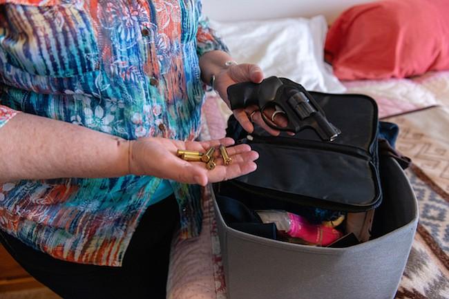 Sin seguro y cargada: familias confrontan la demencia y las armas