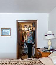 Verg muestra en donde esconde las armas de Delmar. Dice que sabe que su esposo no las buscará allí.