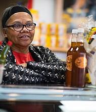 Yolanda Brewster, de 65 años, en una de sus las tres tiendas en Union Mall en Langley Park, Maryland. Ella es ciudadana de los Estados Unidos, originalmente de Guatemala.