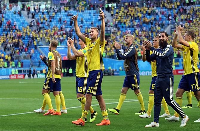 Selección de Suecia celebra la victoria en octavos de final del Mundial