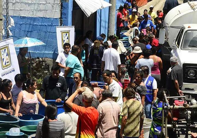 Población salvadoreña desesperada por la falta de agua