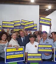 Líderes latinos en la sede de campaña del representante Jeffrey Sánchez