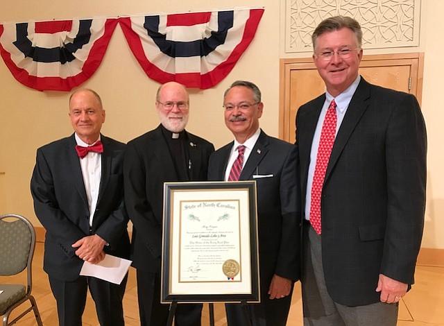 Reconocido ejecutivo latino recibe máximo honor del gobierno de Carolina del Norte