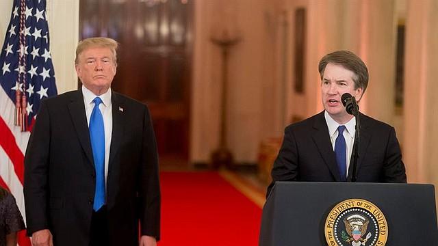 POLÍTICA. El presidente estadounidense, Donald J. Trump (i), anuncia al juez de la corte federal de apelaciones Brett Kavanaugh (d) como su candidato para reemplazar al juez retirado de la Corte Suprema Anthony Kennedy, el lunes 9 de julio de 2018, en el Salón Este de la Casa Blanca en Washington, DC