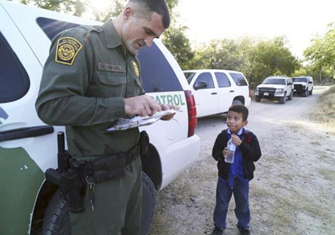 """Los niños detenidos bajo la nueva política de """"tolerancia cero"""" enfrentan procesos de inmigración sin que mamá o papá estén a su lado."""