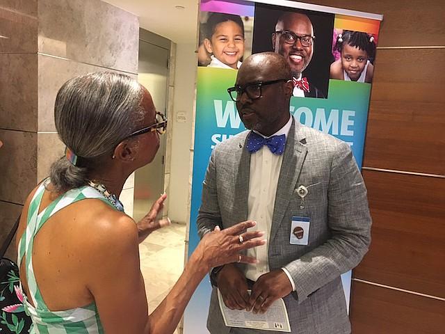 Muticultural. Gregory C. Hutchings Jr. durante una reunión como superintendente del sistema educativo público de Alexandria, que educa a estudiantes de más de 100 países.