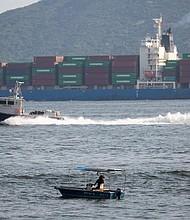 COMERCIO. Un carguero navega por el canal de East Lamma de camino a Hong Kong, en China el 11 de julio de 2018. Medios informaron de que el ministro de Finanzas de Hong Kong, Paul Chan, aseguró que el impacto a corto plazo de la guerra comercial con Estados Unidos se limitaría a una caída de 0,1 o 0,2 puntos porcentuales en la ciudad china.