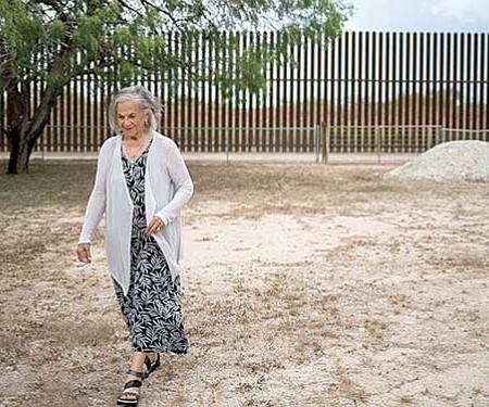 ATROPELLO. La propiedad de Eloísa Tamez fue cortada por un muro, por lo que las autoridades federales le dieron una 'clave' para acceder al otro lado.