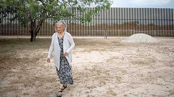 Mujer tiene llave para cruzar el muro fronterizo