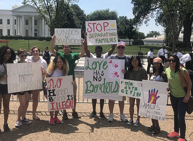 CASA BLANCA. Un grupo de manifestantes el último sábado de junio al frente de la Casa Blanca pidiendo que se detenga la separación de familias.