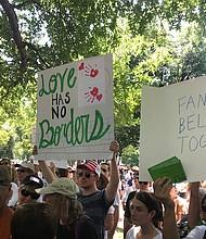 """UNIDOS. Letreros con leyendas como """"El amor no tiene fronteras"""", fueron exhibidos por manifestantes para presionar al gobierno a revisar su política."""