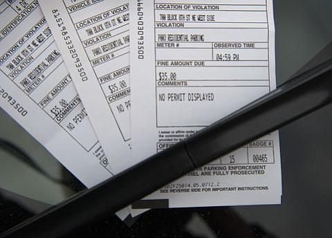 JUDICIALES. Boletos de estacionamiento fijados al parabrisas de un automóvil en Washington D.C.