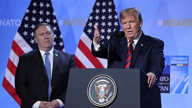 CUMBRE. El presidente de los Estados Unidos, Donlad Trump, en una rueda de prensa junto con el  secretario de estado Mike Pompeo durante la segunda jornada de la cumbre de jefes de estado de la OTAN, en Bruselas, Bélgica