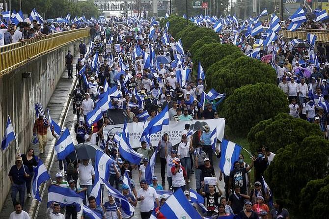 """MANAGUA. Cientos de personas participan en una multitudinaria marcha denominada """"Juntos somos un volcán"""""""