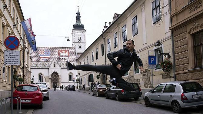 El taekwondoista iraní Ali Nooghandoost posa en la ciudad de Zagreb