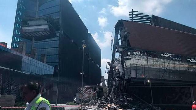 MÉXICO. Se derrumbó una parte de la estructura de la plaza Artz, en la zona del Pedregal, México.