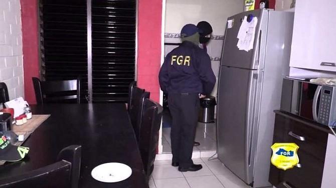 CRIMEN. Personal de la Fiscalía General de la República (FGR) inspeccionó la vivienda donde Jocelyn Abarca vivía junto con Ronald Atilio Urbina