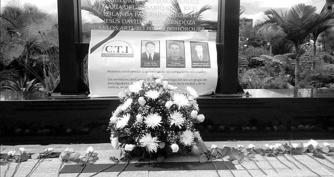 COLOMBIA. Funcionarios del CTI con su uniforme gris y negro, familiares, amigos y compañeros alzaron flores para despedir a los tres agentes que murieron en una emboscada