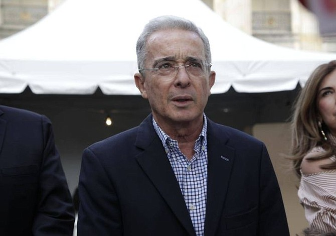 El presidente del Senado colombiano recibe la carta de renuncia de Álvaro Uribe