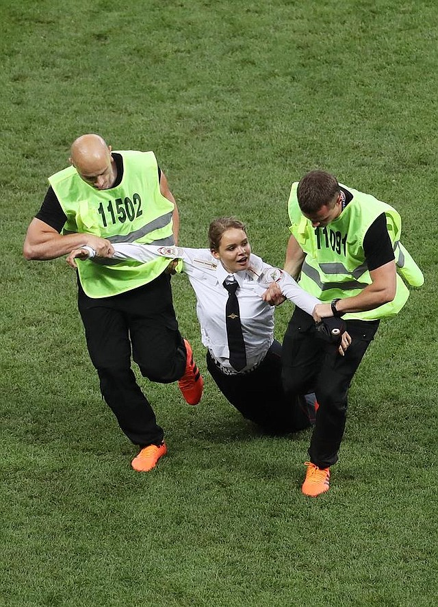 RUSIA. Cuatro personas invadieron el terreno de juego en la final del Mundial