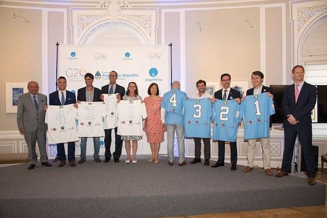 Camisetas. La presentación de los jugadores y sus camisetas durante la presentación oficial del torneo benéfico de polo, en la Embajada Argentina.