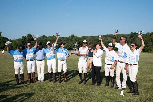 Trofeos. Los jugadores después de la competencia amistosa exhibiendo sus trofeos. Los ganadores fueron los de camiseta azul.