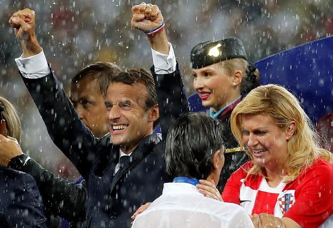 Emmanuel Macron, presidente de Francia, y Kolinda Grabar-Kitarović, presidenta de Croacia, en la final de Rusia 2018