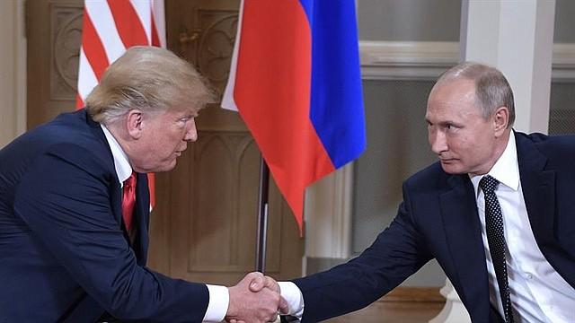 CUMBRE. Los presidentes de EE.UU., Donald Trump; y de Rusia, Vladímir Putin, el 16 de julio de 2016