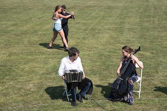 Tango. La música estuvo a cargo de Trifilio Tango Trío que entretuvo a los asistentes al torneo de polo, entre ellos al actor Robert Duvall.