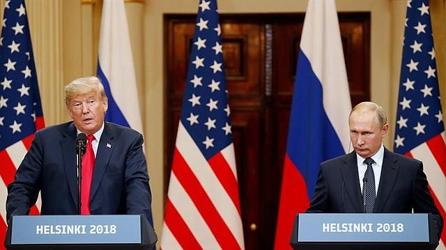 REUNIÓN. El presidente estadounidense, Donald J. Trump (i), y su homólogo ruso, Vladimir Putin (d), ofrecen una rueda de prensa conjunta tras la cumbre formal entre ambos dirigentes celebrada en el Palacio Presidencial de Helsinki