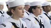 ALIVIO. Las mujeres de la Marina estadounidense dejarán de usar moños que no caben bajo sus cascos.