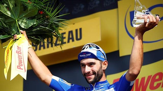 CICLISMO. Fernando Gaviria celebra en el podio la victoria conseguida en la cuarta etapa del Tour de Francia, 195 kilómetros entre La Baule y Sazeau, Francia, el 10 de julio del 2018