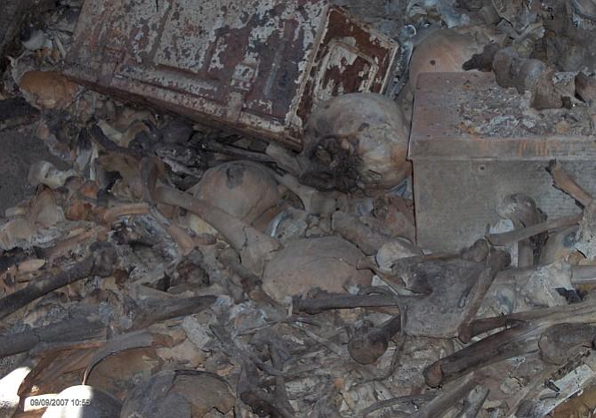 Hallan seis cadáveres en fosa clandestina en México