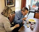 April y Joe Simpkins en Abe's Garden, una institución para el cuidado de la memoria en Nashville, adonde Joe se mudó cuando el Alzheimer comenzó a avanzar.
