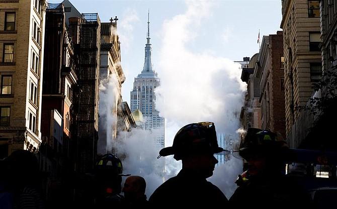 NUEVA YORK - Varios bomberos trabajan en el lugar donde una tubería de vapor explotó en Manhattan, en la Quinta Avenida con la calle 21 Este, causando la evacuación de once edificios y cortes de tráfico desde la calle 19 hasta la 23 y entre La Sexta y Broadway, en Nueva York, EEUU, el 19 de julio del 2018.